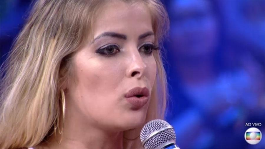 """Segunda eliminada do """"BBB 18"""" com 65,25%, Jaqueline trocou beijos com Breno, depois que ele ficou com Ana Clara e prometeu a Mahmoud que lhe daria a imunidade de anjo e não cumpriu.Entrei para viver cada segundo, para causar, para conhecer alguém, fui amiga, parceira, não prometi nada a ninguém"""". A plateia reagiu e Tiago Leifert a desmentiu ao vivo. """"A gente viu o vídeo, você falou..."""", rebateu"""