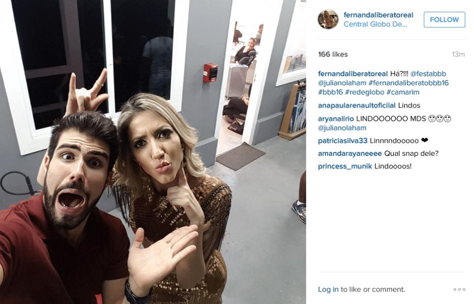 5.abr.2016 - Fernanda tira foto com Juliano Laham na Central Globo de Televisão