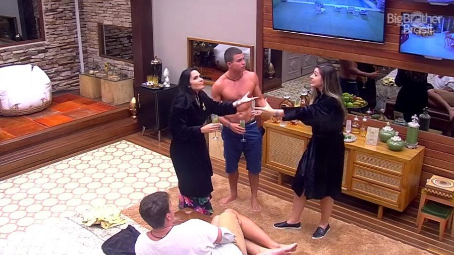 15.jan.17 - As líderes Vivian e Mayara levam os gêmeos Manoel e Antônio para aproveitar o quarto do líder - Reprodução/TV Globo
