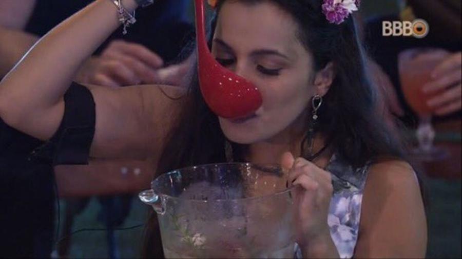 """Emilly bebe direito do balde no """"BBB17"""" - Reprodução/TV Globo"""
