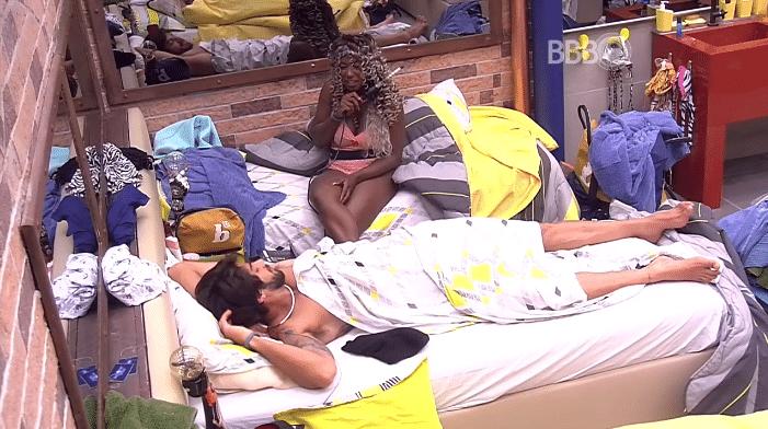 2.fev.2016 - Adélia fica interessada em nudez de Cauã Reymond e pergunta a Renan se o ator aparece pelado