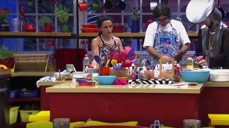 Ilmar cozinha e reclama da divisão de tarefas com brothers - Reprodução/TVGlobo