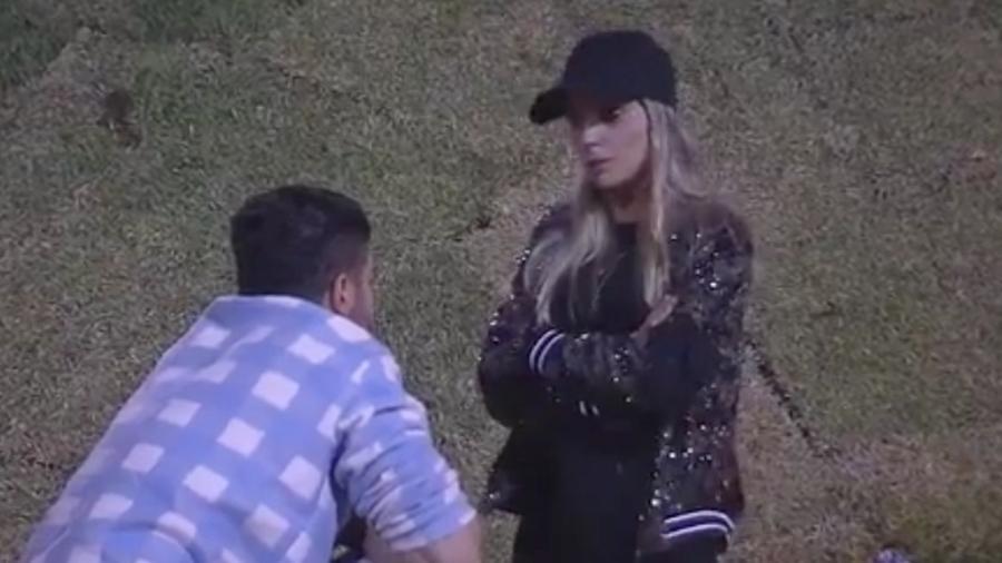 """Flávia Viana chora após conversar com Marcos Harter em """"A Fazenda 9"""" - Reprodução/R7"""
