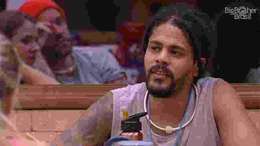 """Viegas conversa com brothers na cozinha do """"BBB18"""" - Reprodução/GloboPlay"""