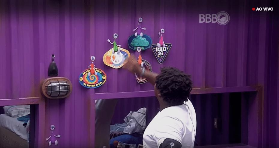 16.mar.2016 - Ronan muda boneco que representa Renan e diz que, pela luta que eles travaram,