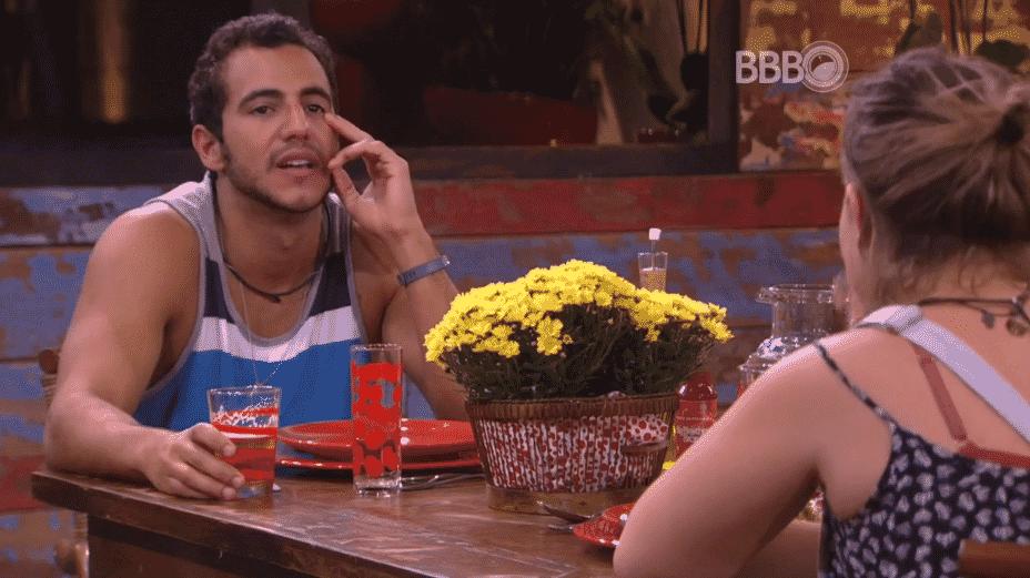 20.mar.2016 - Matheus e Maria Claudia conversam sobre a discussão que tiveram com Geralda durante a festa - Reprodução/TV Globo