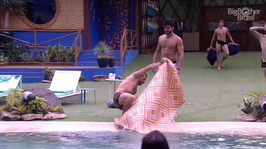 Kaysar deixa a piscina após ser puxado por Diego  - Reprodução/Gshow