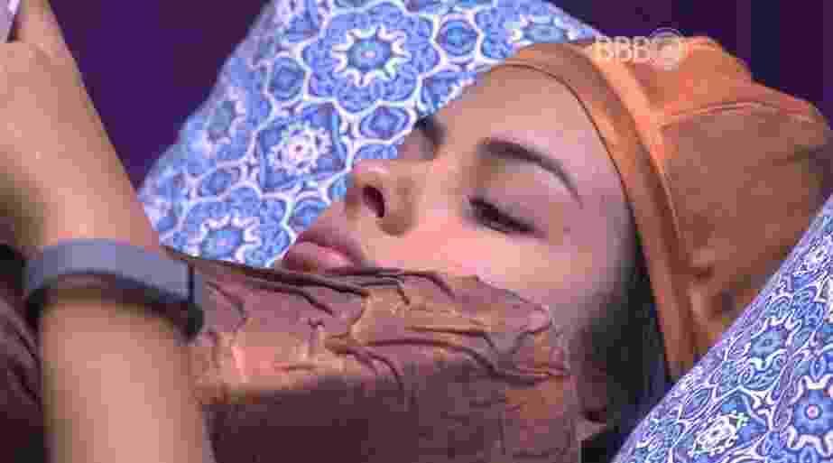 """5.mar.2016 - Em conversa com Ronan, Munik se queixa do comportamento de Dona Geralda: """"Estou de cara"""" - Reprodução/TV Globo"""