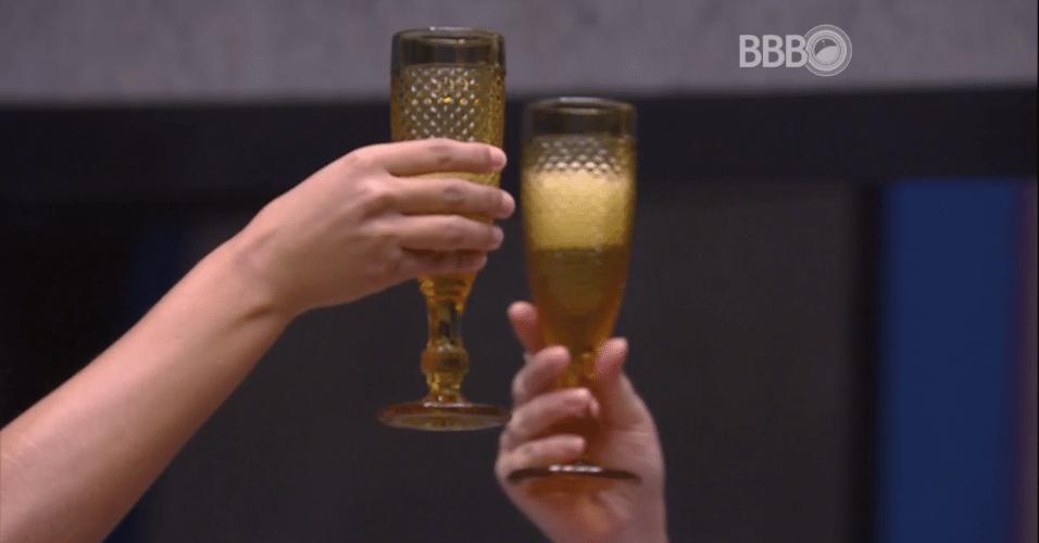 4.abr.2016 - As finalistas Munik e Cacau fazem brinde ao