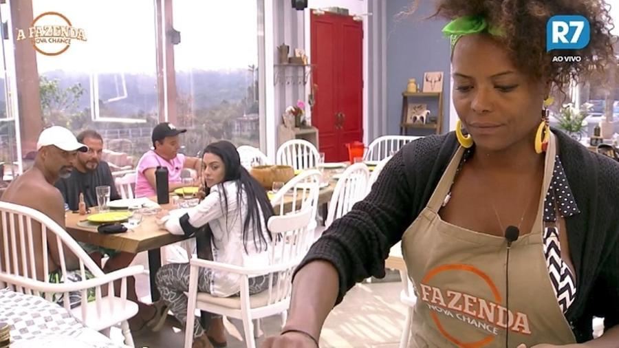 Peões aguardam Adriana Bombom terminar de cozinhar o almoço  - Reprodução/R7