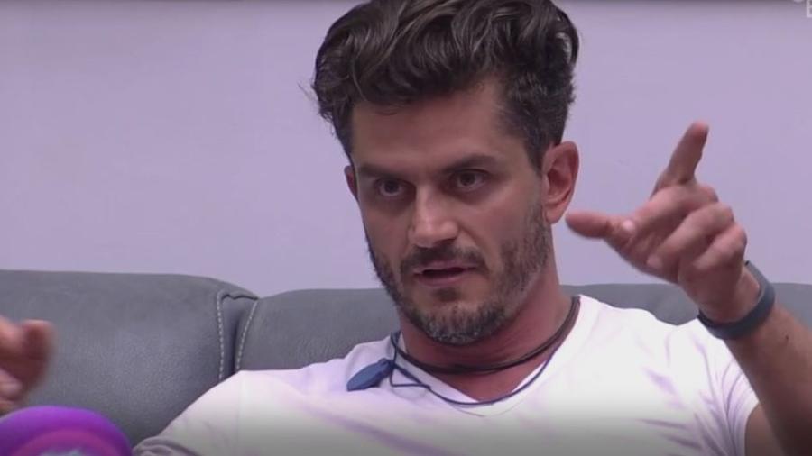 Marcos cobra atitudes duvidosas de Ilmar - Reprodução/TVGlobo