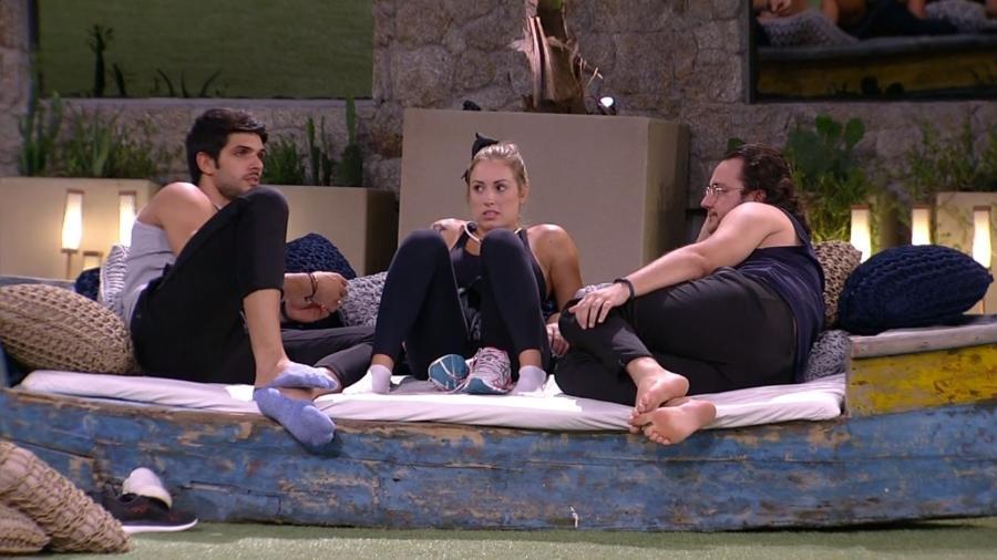 Lucas conversa com brothers no gramado - Reprodução/Gshow