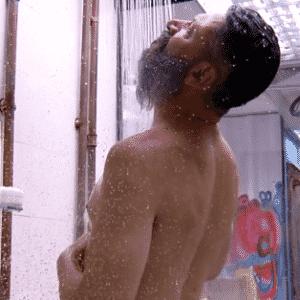 """27.jan.2016 - Laércio aproveita casa do """"BBB16"""" calma para tomar banho - Reprodução/TV Globo"""
