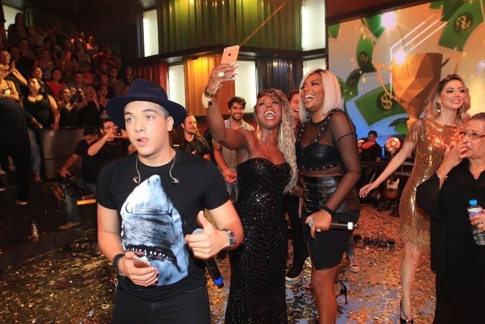5.abr.2016 - Após o anúncio da vitória de Munik, Adélia tietou Ludmilla