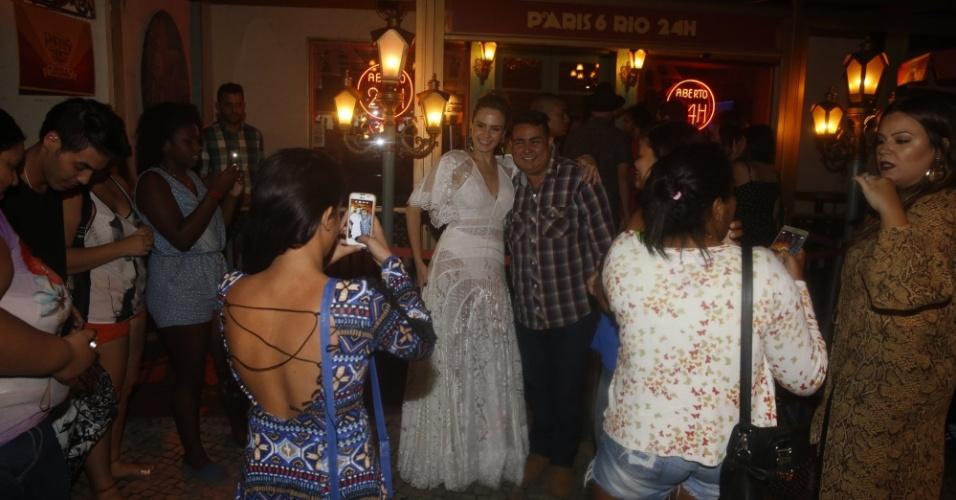 6.abr.2016 - Ana Paula fez questão de atender aos fãs, na entrada do restaurante Paris 6, onde fez sua festa