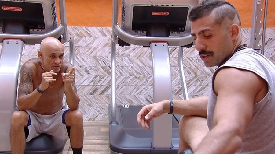 "Ayrton e Kaysar conversam na academia do ""BBB18"" - Reprodução/GloboPlay"