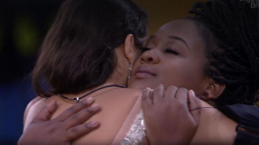 Roberta e Emilly se abraçam - Reprodução/TV Globo