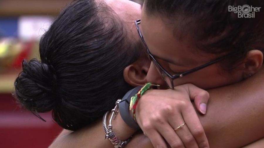 """Marinalva e Emilly se abraçam após pedido de desculpas, no """"BBB17"""" - Reprodução/ TV Globo"""