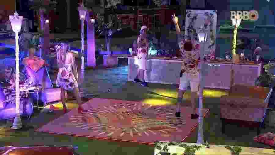 Breno comemora chegada de mais bebidas - Reprodução/GlobosatPlay