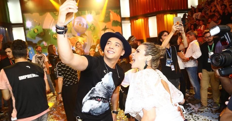 6.abr.2016 - Ana Paula tira selfie com Wesley Safadão