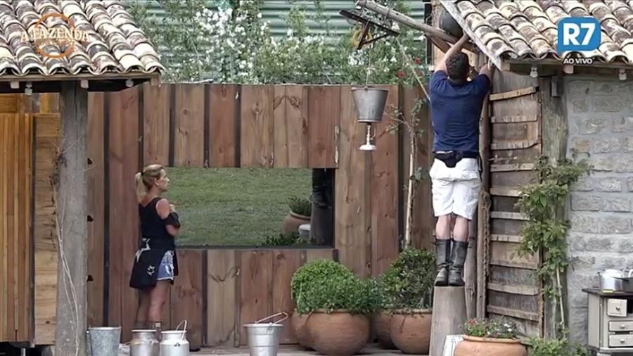 Marcos constrói ninho para pássaros, enquanto Rita Cadillac assiste a cena - Reprodução/R7