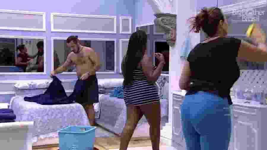 Brothers limpam quarto azul - Reprodução/TV Globo