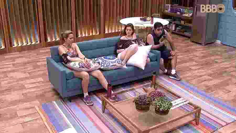 Família Lima é convocada para a sala da casa por áudio da produção - Reprodução/Globoplay