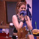 Ana Clara limpa a boca em pano de prato - Reprodução/GloboPlay