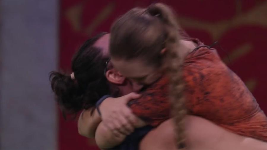 Patrícia abraça Diego após vencer prova do líder - Reprodução/Globoplay