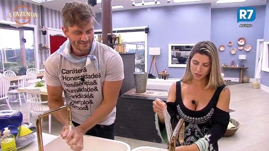 """Marcos conversa com Ana Paula Minerato na cozinha de """"A Fazenda 9"""" - Reprodução/R7"""