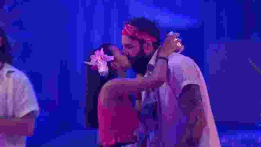 "Wagner e Gleici se beijam na festa ""Havaí"" - Reprodução/Globoplay"
