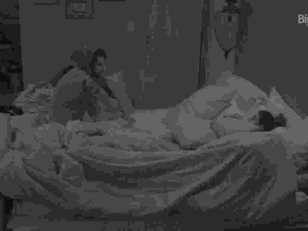 7.fev.2016 - Antes de dormirem, Renan Juliana e Adélia conversam sobre diversos assuntos - Reprodução/TV Globo