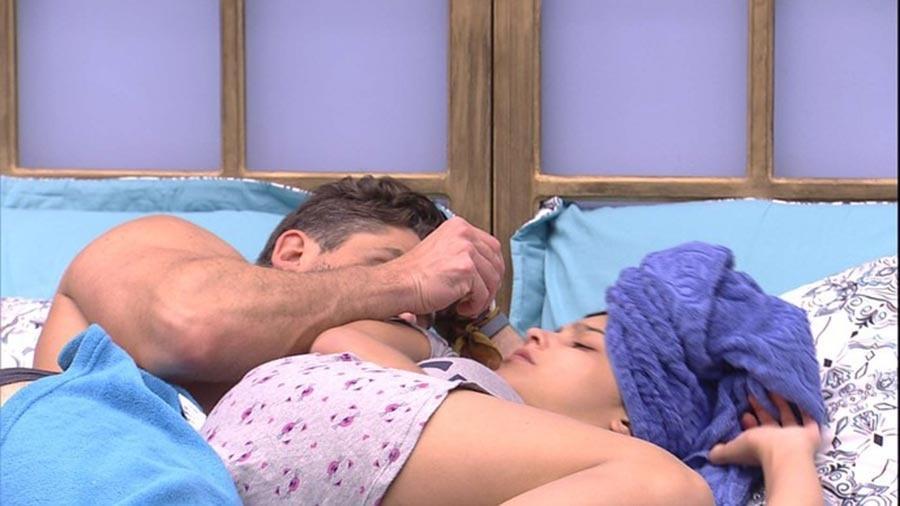Marcos e Emilly namoram no quarto - Reprodução/TV Globo