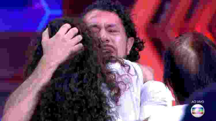 Rômulo abraça esposa - Reprodução/TV Globo - Reprodução/TV Globo