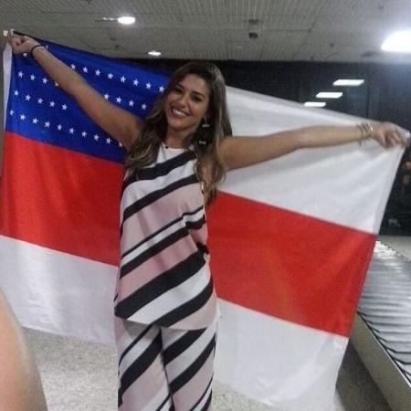 Vivian desembarca no Aeroporto de Manaus carregando uma bandeira do Amazonas - Reprodução / Twitter