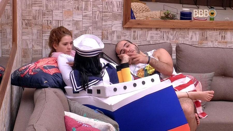 """Gleici, Ana Clara e Mahmoud conversam na sala da casa do """"BBB18"""" - Reprodução/GloboPlay"""