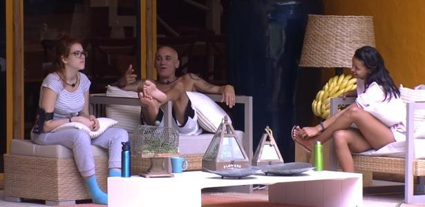 Ana Clara, Ayrton e Gleici conversam sobre o carro que a carioca ganhou na prova