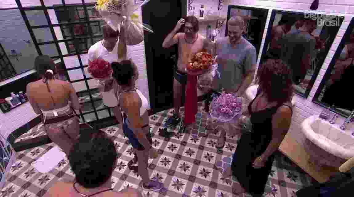 Ilmar é surpreendido ao sair do banheiro - Reprodução/TVGlobo