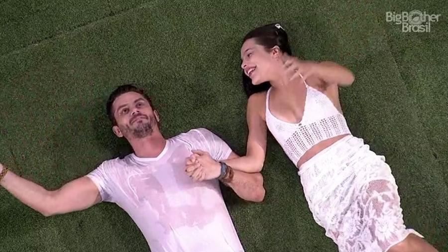 """Marcos e Emilly comemoram resultado do paredão no """"BBB17"""" - Reprodução/TV Globo"""