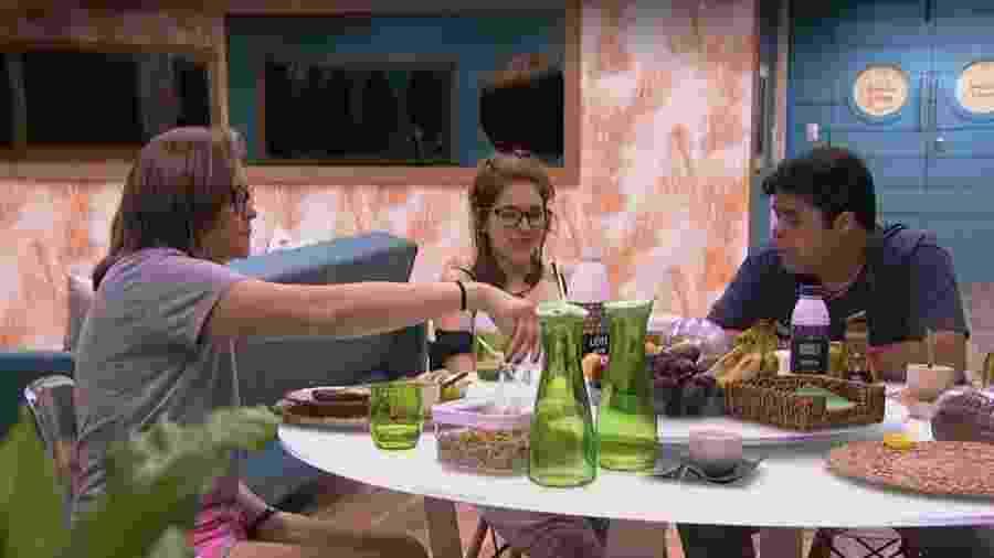 Ana Clara conversa com Eva e Jorge no café da manhã - Reprodução/Gshow