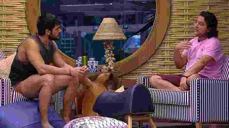 Lucas e Diego conversam no bangalô do líder - Reprodução/GloboPlay