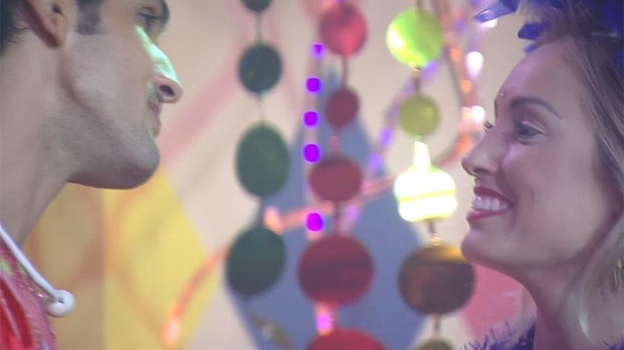 """Lucas conversa com Jéssica na festa """"Samba"""" - Reprodução/GloboPlay"""
