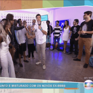 """6.abr.2016 - Joaquim Lopes, repórter do """"Vídeo Show"""", conversou ao vivo com os participantes do """"BBB16"""" - Reprodução/ TV Globo"""