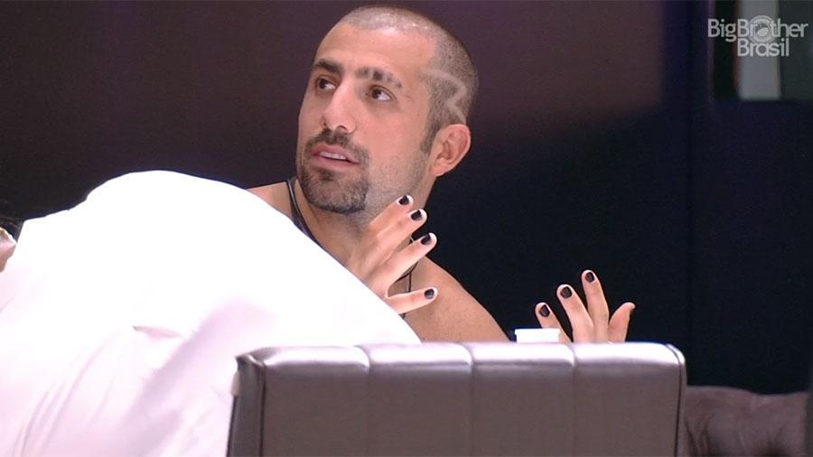 Kaysar pede para que pintem suas unhas de preto - Reprodução/GloboPlay