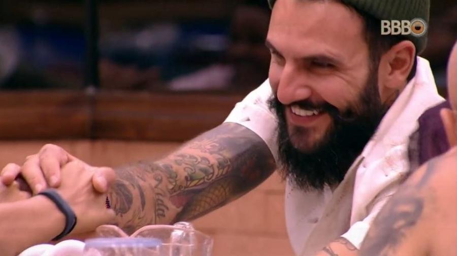 Wagner sorri para Gleici na cozinha da casa - Reprodução/GloboPlay