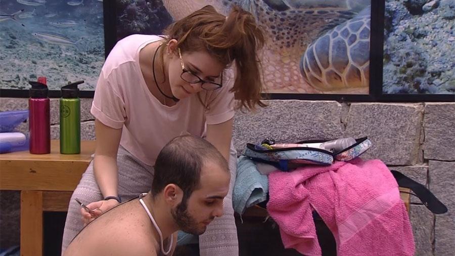 Ana Clara corta os cabelos de Mahmoud - Reprodução/GloboPlay