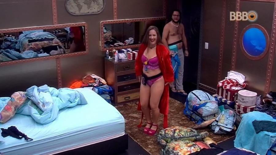 Patrícia faz desfile de lingerie pela casa  - Reprodução/GlobosatPlay