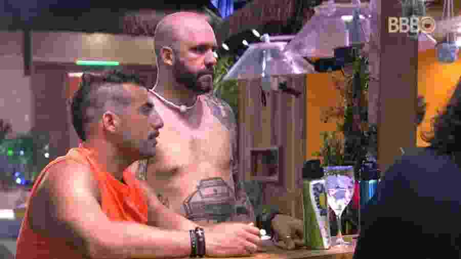 Caruso reclama com brothers após prova do líder - Reprodução/Globoplay