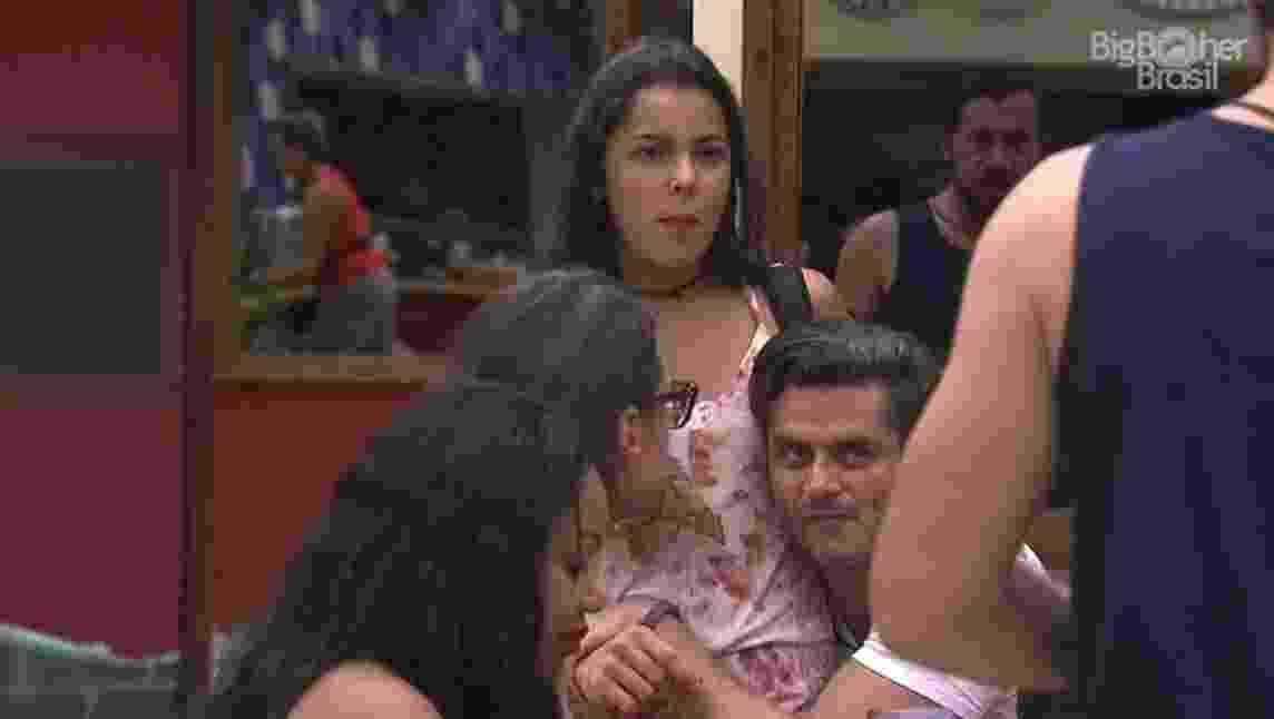 Emilly e Marcos contam para colegas que conversaram até amanhecer o dia - Reprodução/TV Globo