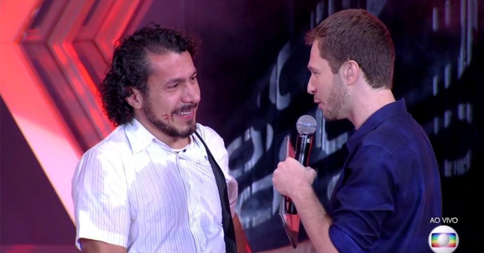 Rômulo fala com o apresentador Tiago Leifert após deixar o programa